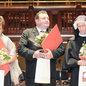 Hana Mácová, Miroslav Čapek, Kateřina Litošová (sestra Dagmar) s diplomy. Foto Lubomír Kotek